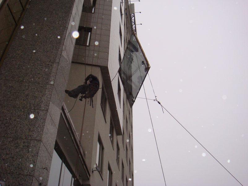 Монтаж стеклопакета промышленным альпинистом